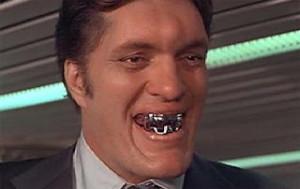 O ator Richard Kiel como o capanga Jaws e seus famosos dentes de aço.